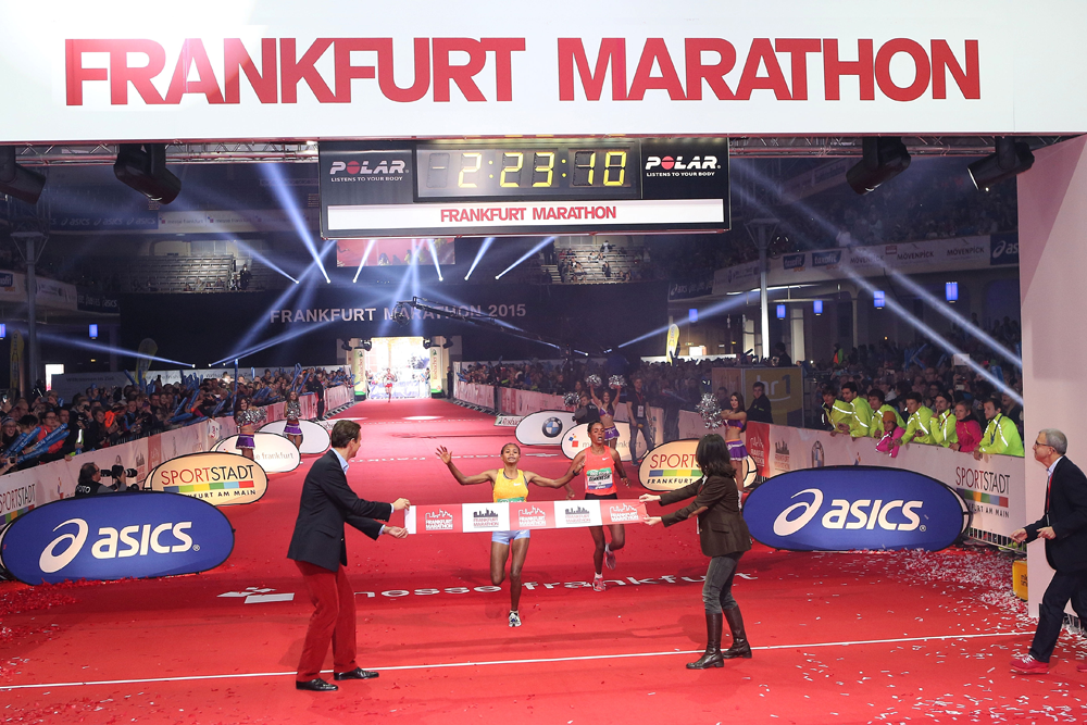 Frankfurt-Marathon-2015-Zieleinlauf-Damen