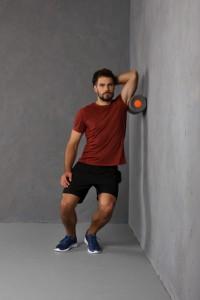 Faszienrolle Übung Seitliche Rückenmuskulatur stehend